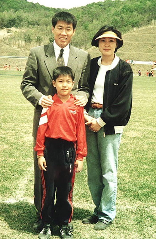 Lee Min Ho 6 tuổi, bên mẹ và huấn luyện viên bóng đá Cha Bum Kun. Anh từng chơi 4 năm trong đội bóng đá thiếu niên dưới sự chỉ dẫn của huấn luyện viên Cha Bum Kun. Anh được cha mẹ cho đi học đá bóng tại sân tập của Cha Bum Kun, nuôi ước mơ trở thành cầu thủ chuyên nghiệp. Anh được khen có đôi chân nhanh nhạy và năng khiếu thiên bẩm. Sau này, trong một trận thi đấu anh bị gãy tay nên phải từ bỏ bóng đá.Tay phải bị gãy phải bó bột, anh học cách dùng tay trái. Vì thế bây giờ, Lee Min Ho thuận cả hai tay.Đây cũng là thời điểm thể lực của anh tốt hơn. Chiều cao của anh cũng vượt hơn so bạn bè trang lứa rất nhiều.