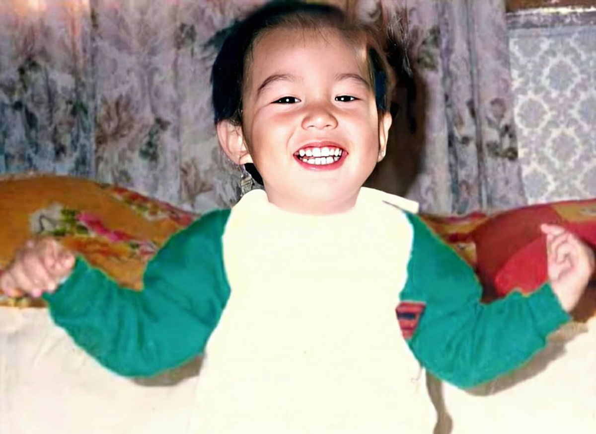 Lee Min Ho đón tuổi 33 hôm 22/6. Công ty quản lý của diễn viên đăng ảnh anh thời thơ ấu chúc mừng sinh nhật. Trên các diễn đàn, người hâm mộ châu Á chia sẻ loạt ảnh tài tử trong quá khứ và chúc anh luôn điển trai, hạnh phúc và thành công trong sự nghiệp.Anh nặng 3,2kg khi chào đời. Sức khỏe hơi yếu, phế quản có vấn đề nên thường nhiễm lạnh khi thời tiết thay đổi.Mẹ Lee Min Ho cho biết ngay từ khi con bé anh đã rất xinh đẹp với đôi mắt to tròn. Anh biết bò, nói sớm hơn những đứa trẻ khác