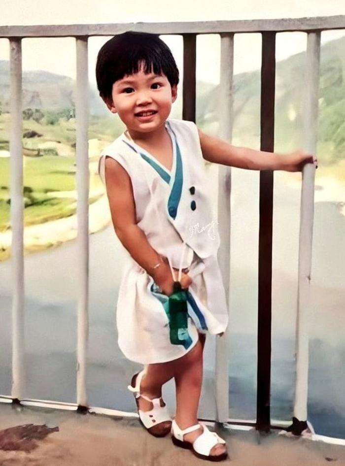 Mẹ Lee Min Ho cho biết từ bé anh đã thích thú với chữ cái và những mẩu quảng cáo màu sắc trên báo giấy. Học rất giỏi, nhưng Min Ho lại là đứa trẻ nhút nhát và không thích đứng trước đám đông.cả nhà đều gọi Min Ho là sudden blink - có nghĩa là chớp mắt bất ngờ.