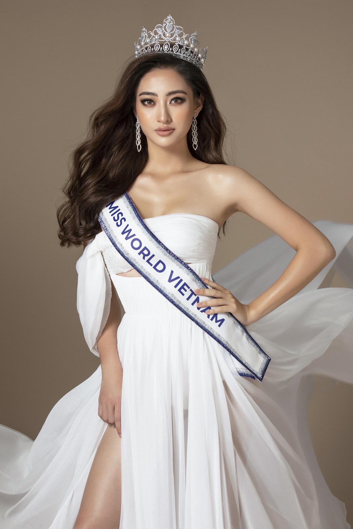 Hoa hậu Lương Thùy Linh luôn ý thức việc giữ gìn vóc dáng, thần thái tươi trẻ mỗi khi xuất hiện trước công chú.