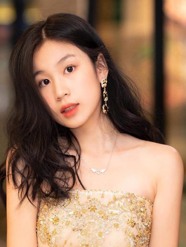 Vy Uyên (tên thân mật MiMi), cao hơn mẹ. Lưu Thiên Hương thừa hưởng ở bố lẫn mẹ nhiều nét trên gương mặt, nhất là ánh mắt.