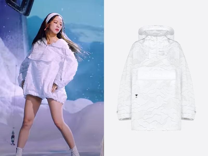 Là gương mặt đại diện của nhà mốt Dior, Jisoo diện áo hoodie trắng của hãng với giá 3.900 USD (hơn 90 triệu đồng).