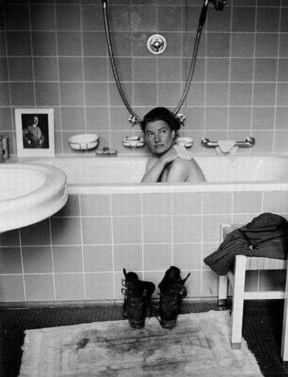 Bức ảnh Phòng tắm Hitler của Lee Miller. Ảnh: Telegraph.