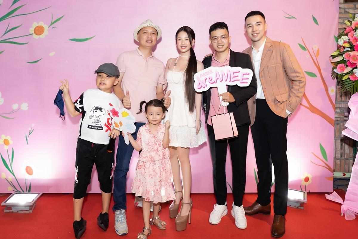 Nguyễn Hải Phong (trái) dắt hai con đến chúc mừng Amee và nhà sản xuất TDK, Aiden (phải).