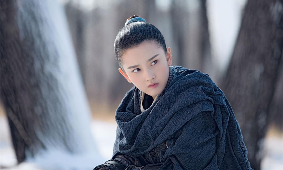 Tống Tổ Nhi sinh năm 1998, hiện là sinh viên Học viện Điện ảnh Bắc Kinh. Cô gia nhập làng giải trí từ năm bảy tuổi, từng được biết đến nhiều qua vai Na Tra trong Bảo liên đăng tiền truyện (2009).