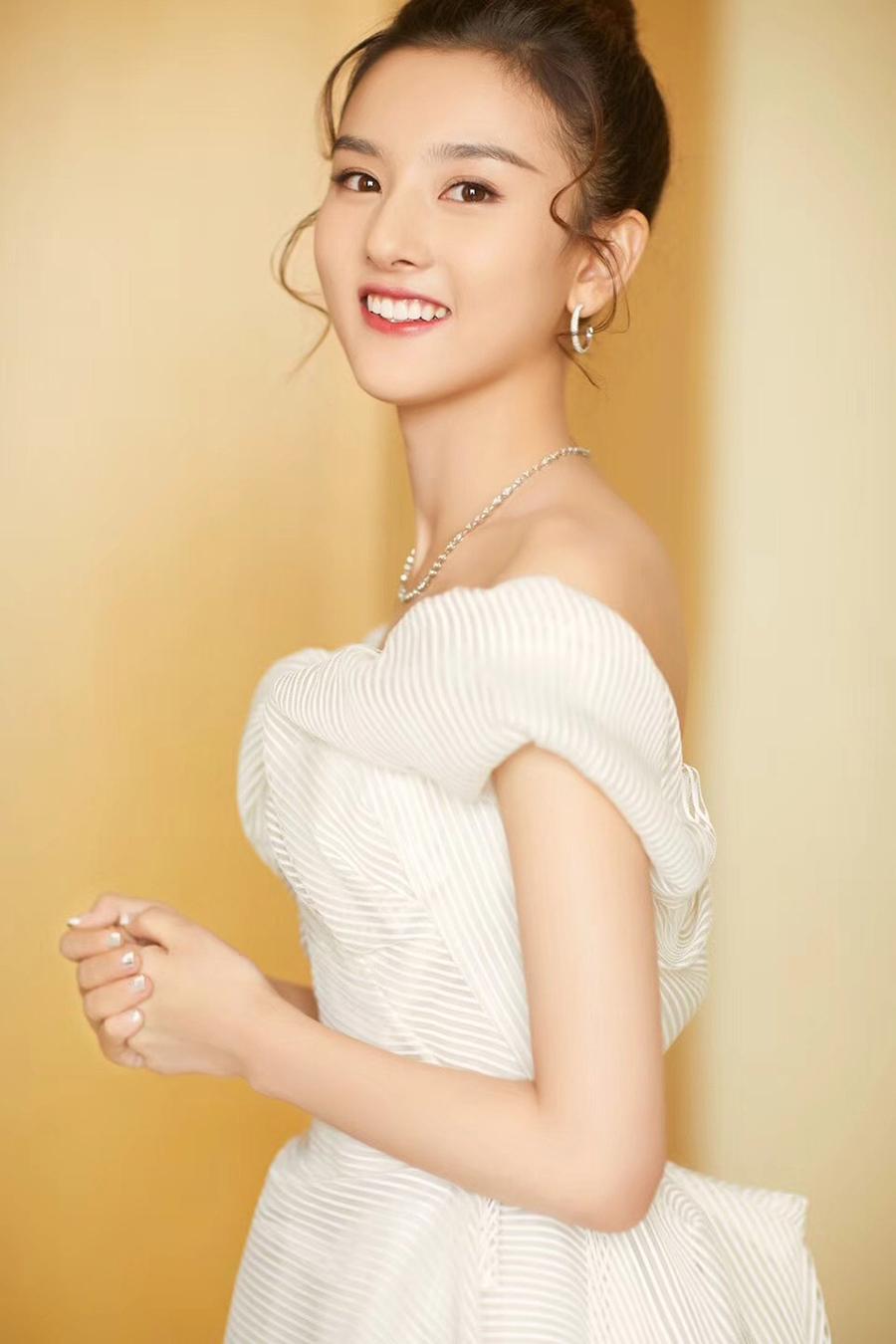 Nhan sắc Tống Tổ Nhi đời thường. Ngoài đóng phim, cô còn tham gia nhiều show truyền hình, là gương mặt đại diện nhiều thương hiệu thời trang, mỹ phẩm. Theo Beijing News, diễn viên xếp thứ 31 trong danh sách ngôi sao phổ biến với người tiêu dùng.