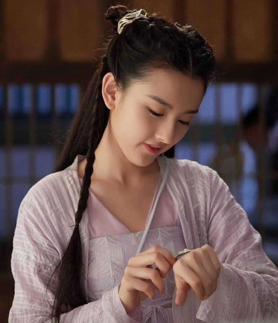 QQ nhận định, liên tục tham gia các dự án phim từ cổ trang đến hiện đại, được khán giả ủng hộ, Tống Tổ Nhi trở thành tiểu hoa đán nổi bật của màn ảnh xứ Trung. Cô thường được gọi là tiểu thần tiên tỷ tỷ nhờ tạo hình xinh đẹp, tươi sáng.