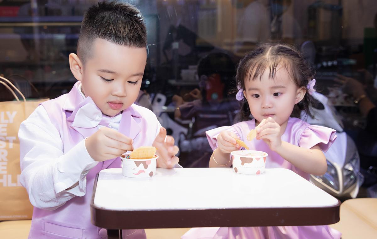 Hai con ca sĩ được mẹ cho đi ăn kem, chờ đợi chương trình diễn ra.