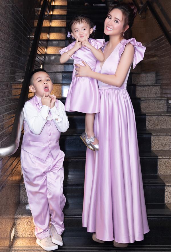 Mẹ con Vy Oanh diện trang phục sắc tím của hoa tử đinh hương (lilac) do Lưu Ngọc Kim Khanh thiết kế.