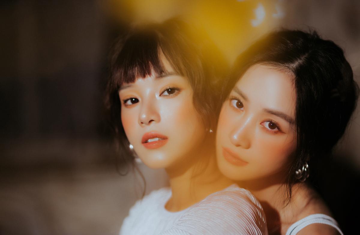 Hoàng Yến Chibi và Jun Vũ là những thành viên của nhóm Ngựa Hoang thời trẻ trong phim Tháng năm rực rỡ, để lại ấn tượng với người xem. Bộ phim kết thúc,họ vẫn đồng hành với nhau ở nhiều hoạt động. Cả hai giữ một nhóm chat chung, có bất cứ vấn đề gì hay hóng hớt được bí mật của nhau đều có thể trở thành chủ đề tám chuyện.