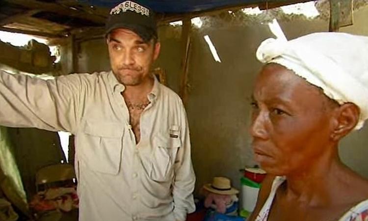 Robbie Williams (trái) đến Haiti làm từ thiện năm 2010. Ảnh: Unicef UK.