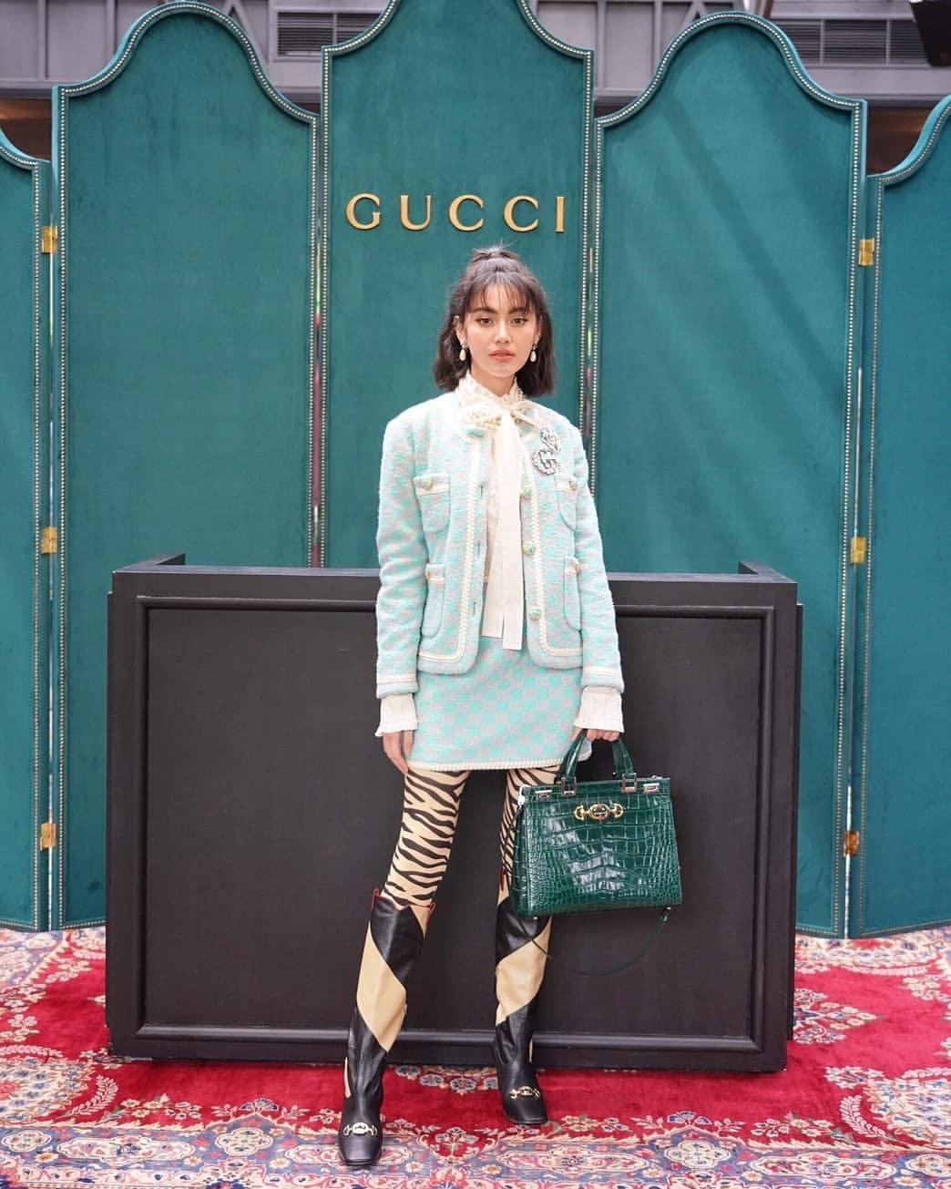 Cô dự ra mắt BST Thu Đông 2019 của Gucci với loạt trang phục đắt đỏ của nhà mốt. Người đẹp phối váy ngắn xanh mint với tất chân và boots họa tiết ngựa vằn. Nhiều fan nói thích mẫu túi xách da bóng màu xanh thẫm Gucci.