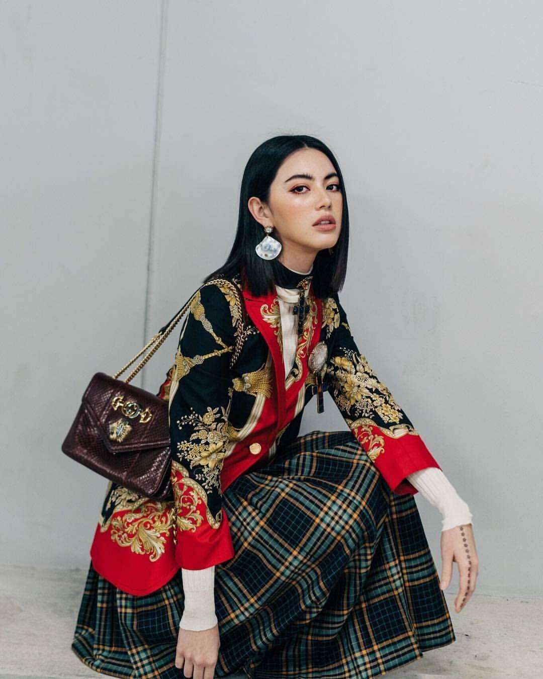 Sao Thái phối trang phục phong cách Gothic với dòng túi Raijah của Gucci tại sự kiện ở Bangkok năm 2018.