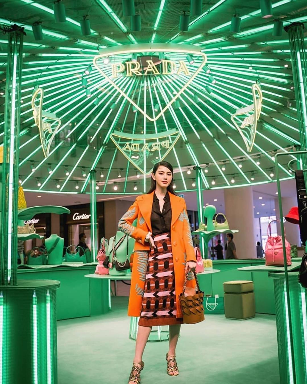 Tại sự kiện ở Mỹ một tháng trước đó, cô phối trang phục họa tiết với túi xô đan Prada.