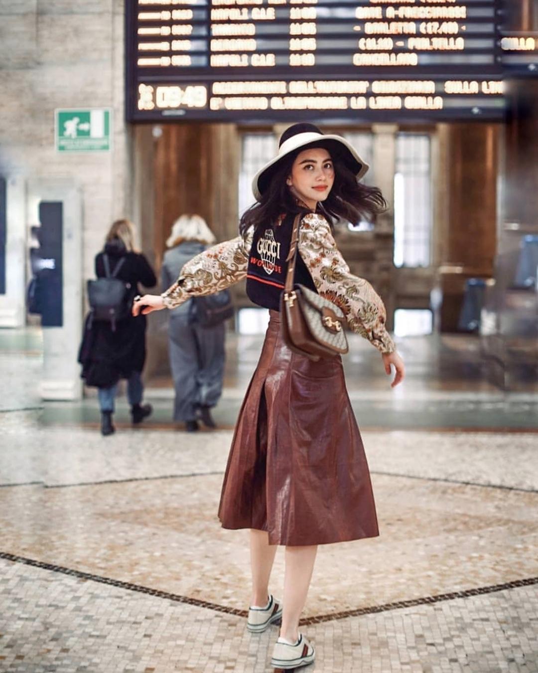 Trong thời gian công tác ở Italy vào tháng 2, Mai cùng quản lý dạo chơi thành phố Milan với set đồ Gucci. Cô đeo túi xách Horsebit có đường viền hài hòa với màu nâu của chân váy.