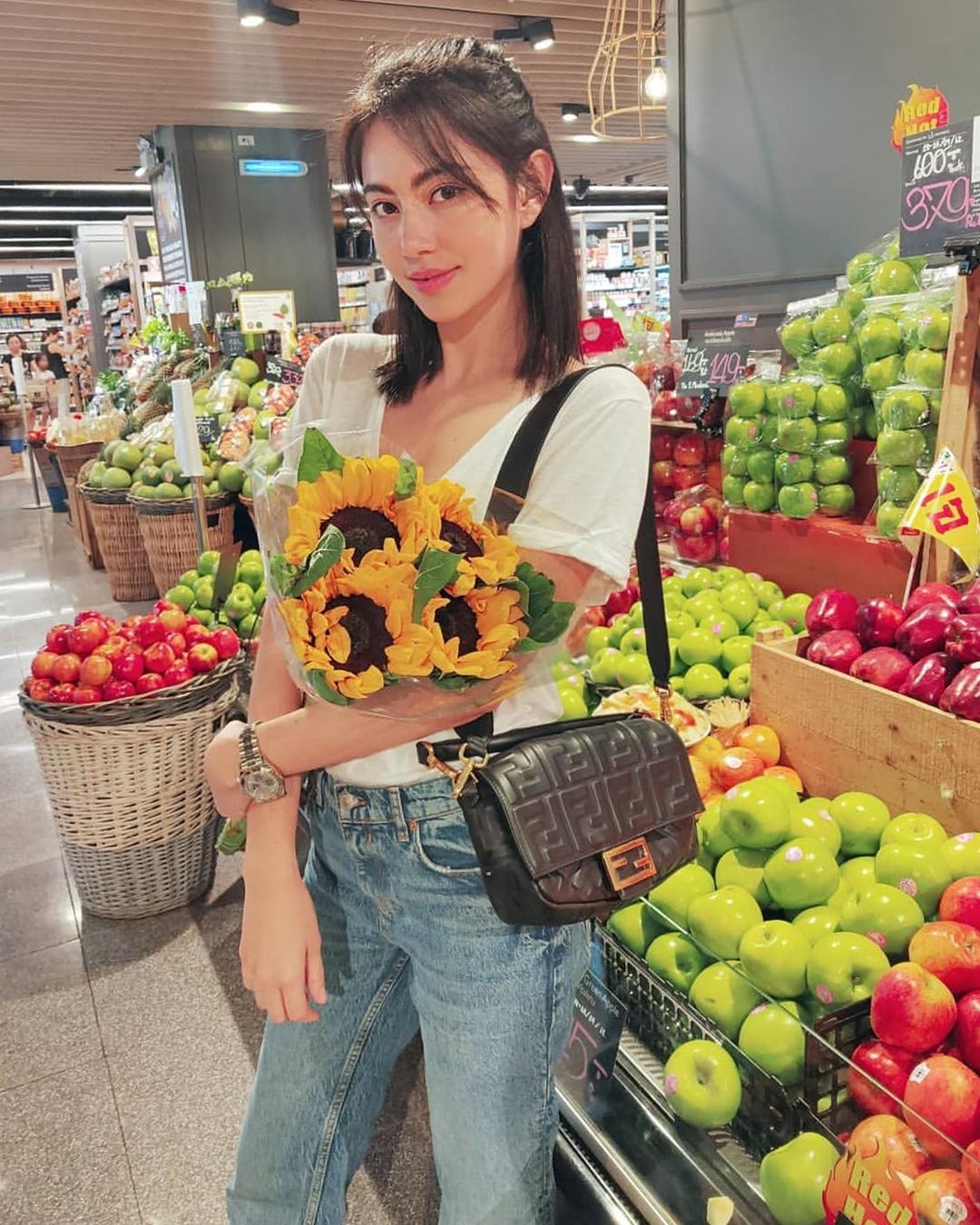Người đẹp mặc trang phục đơn giản, đeo túi Fendi khi đi siêu thị hồi tháng 10/2019.