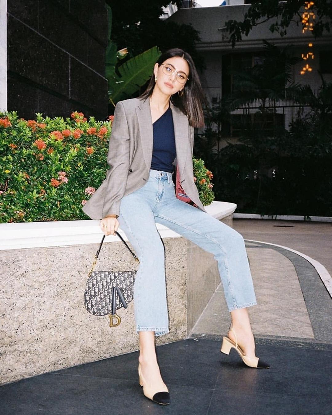 Mai tạo dáng cá tính, xách túi yên ngựa của Dior trong chuyến dạo phố ở Bangkok (Thái Lan) năm 2019.