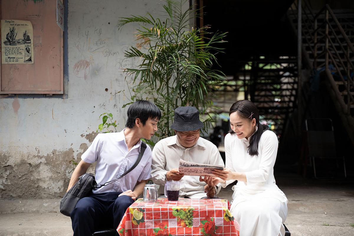 Miu Lê và Trần Nghĩa (ngoài cùng bên trái) có một tình bạn đẹp trong MV Mãi bên nhau bạn nhé!.