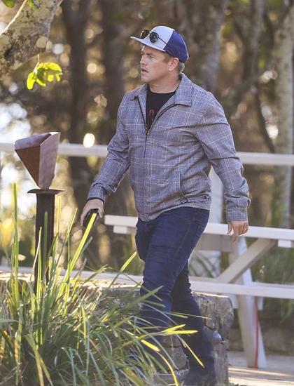 Anh cả Luke Hemsworth tới nhà hàng. Giống hai em trai, Luke theo nghề diễn, được biết đến với các series như Westworld, Neighbour... Anh cưới bạn gái Samantha năm 2007 và có ba con. Vợ anh không đi làm, ở nhà nội chợ và chăm sóc gia đình.