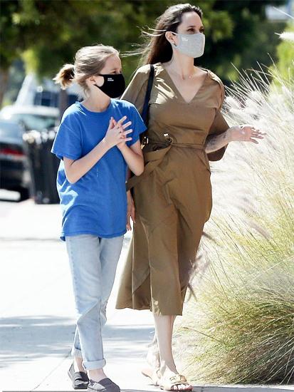Ngày 3/6, Angie cùng con gái 11 tuổi Vivienne được phát hiện đi dạo tại Los Angeles, gần nhà riêng của cô.