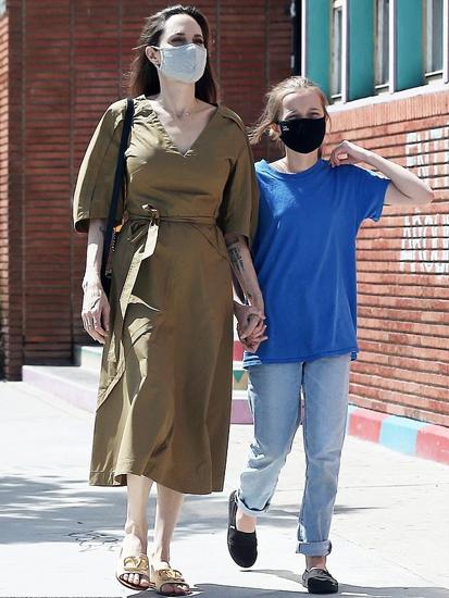 Sau khi chi tay Brad Pitt, minh tinh cùng sáu con chuyển tới biệt thự mới ở khu Los Feliz, thuộc Los Angeles. Angie nhiều lần thổ lộ muốn rời Mỹ, đến nước khác sinh sống.