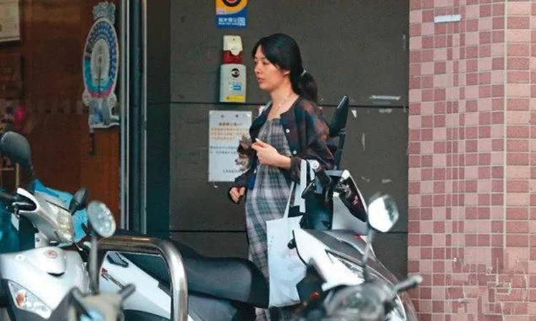 Quách Bích Đình một mình đi mua sắm tại Đài Bắc. Ảnh: QQ.