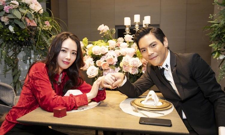 Quách Bích Đình nhận lời cầu hôn của con trai trùm showbiz Hong Kong hồi tháng 3. Ảnh: Weibo.