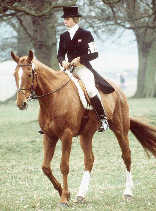Công chúa Anne thời trẻ trong một cuộc thi đua ngựa. Ảnh: newidea