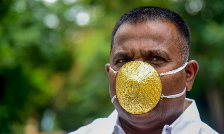 Ông Shankar và chiếc khẩu trang vàng trị giá 4.000 USD. Ảnh: AFP.