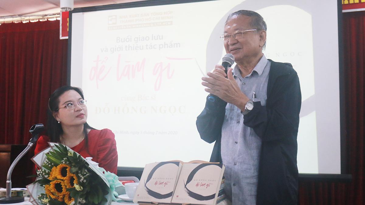 Nhà văn Đỗ Hồng Ngọc trong buổi giao lưu sách Để làm gì. Ảnh: Quỳnh Quyên.