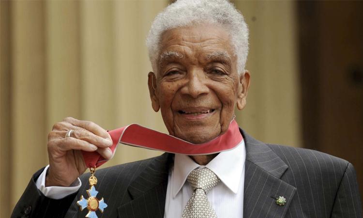 Earl Cameron nhận huân chương Chỉ huy Đế chế Anh (CEB), trao bởi hoàng tử Prince Charles tại London năm 2009. Ảnh: AP.