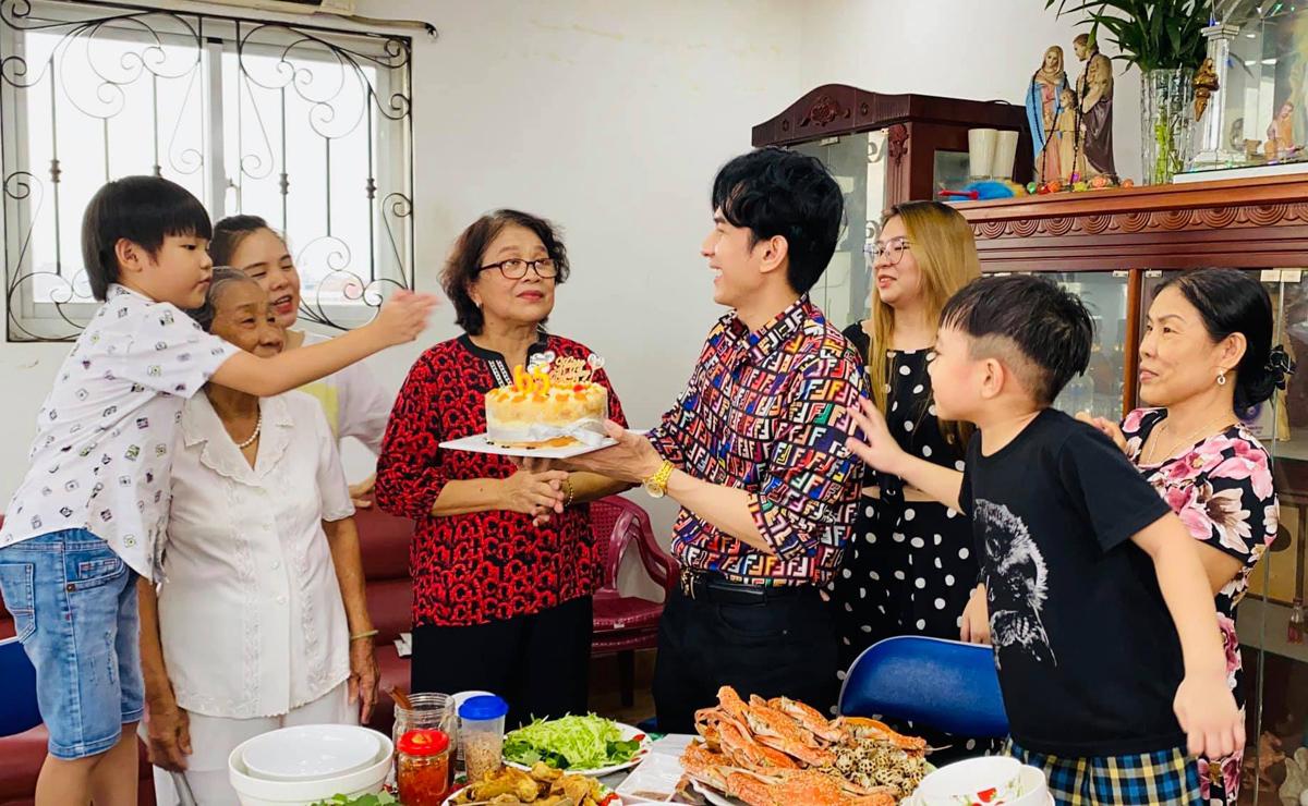 Đan Trường em gái tổ chức sinh nhật cho mẹ tại nhà riêng ở quận 6 TP HCM. Ảnh: Nhân vật cung cấp.