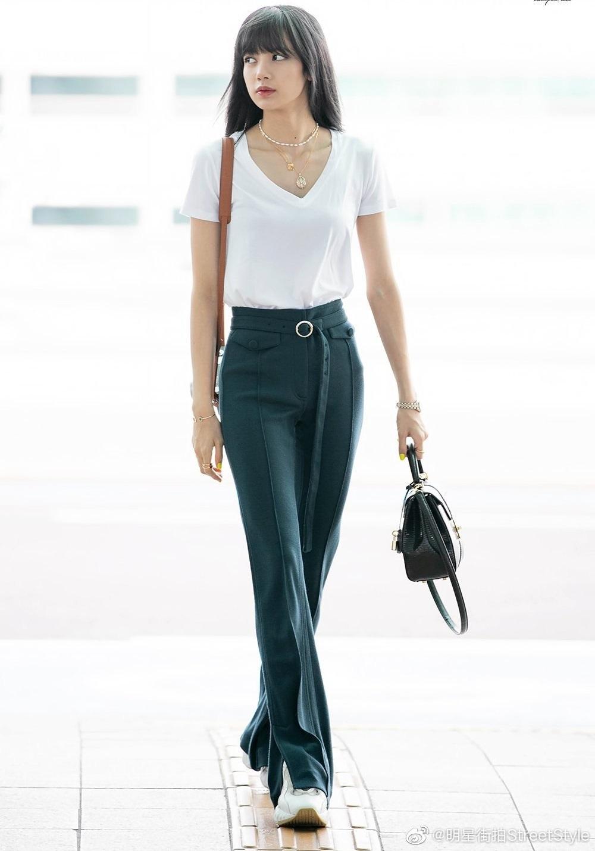 Tháng 6/2019, Lisa chọn set đồ Celine phong cách tối giản khi đến Tuần thời trang Paris. Người đẹp phối vòng cổ Celine (giá 445 USD), vòng tay Cartier (4.050 USD) và đồng hồ Rolex Datejust 31 giá 31.500 USD. Lisa phối theo túi da bê màu đen từ Celine, giá 7.500 USD (174 triệu đồng).