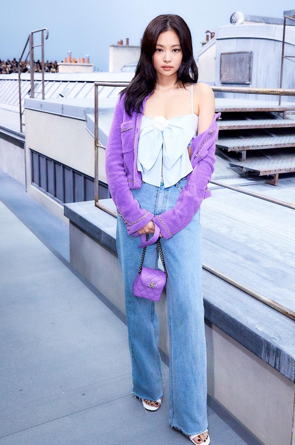 Jennie diện cây Chanel tại buổi trình diễn BST Xuân Hè 2020 của Chanel tại Paris (Pháp) vào năm ngoái. Các thiết kế đều được fan săn lùng nhờ sức hút của thần tượng Hàn gồm: áo dây thắt nơ giá 1.700 USD, áo khoác cardigan tím 4.950 USD, túi mini 3.200 USD.