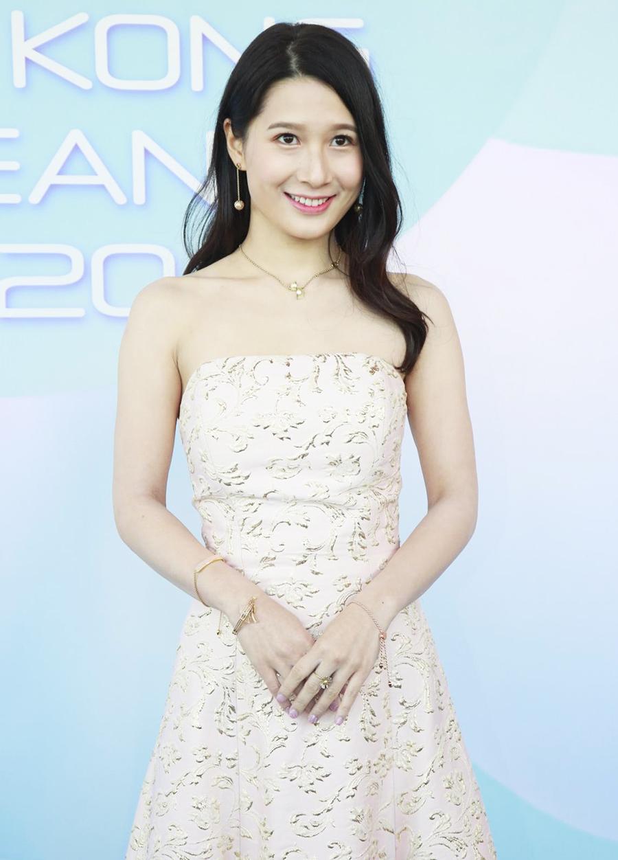Cuộc thi Hoa hậu Hong Kong 2020 đang diễn ra theo hình thức trực tuyến do ảnh hưởng của dịch. Jocelyn Choi là một trong những thí sinh nổi bật nhất cuộc thi.
