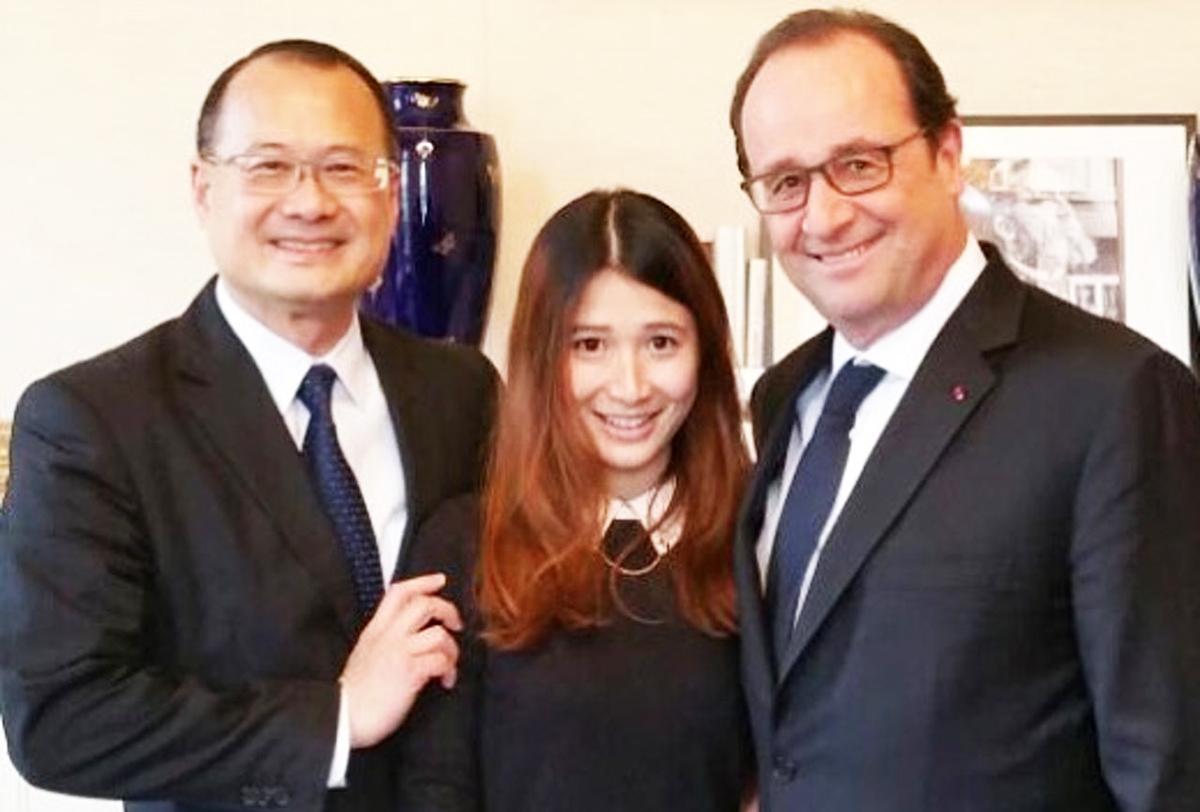 Jocelyn bên cha (trái) và cựu Tổng thống Pháp Hollande.