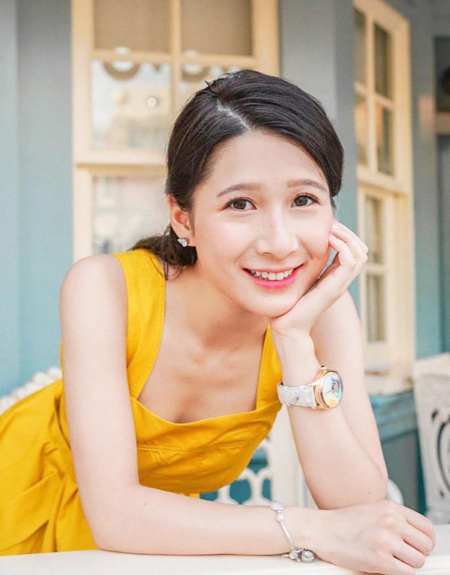 Jocelyn tốt nghiệp khoa tiếng Anh của Đại học Hong Kong. Cô còn thành thạo tiếng Pháp và có tài năng về thiết kế trang sức.