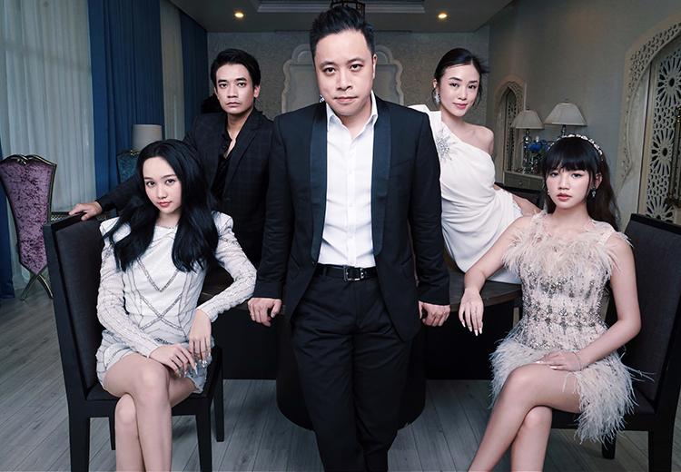 Đạo diễn Victor Vũ (giữa) bên bốn diễn viên của phim. Ảnh: