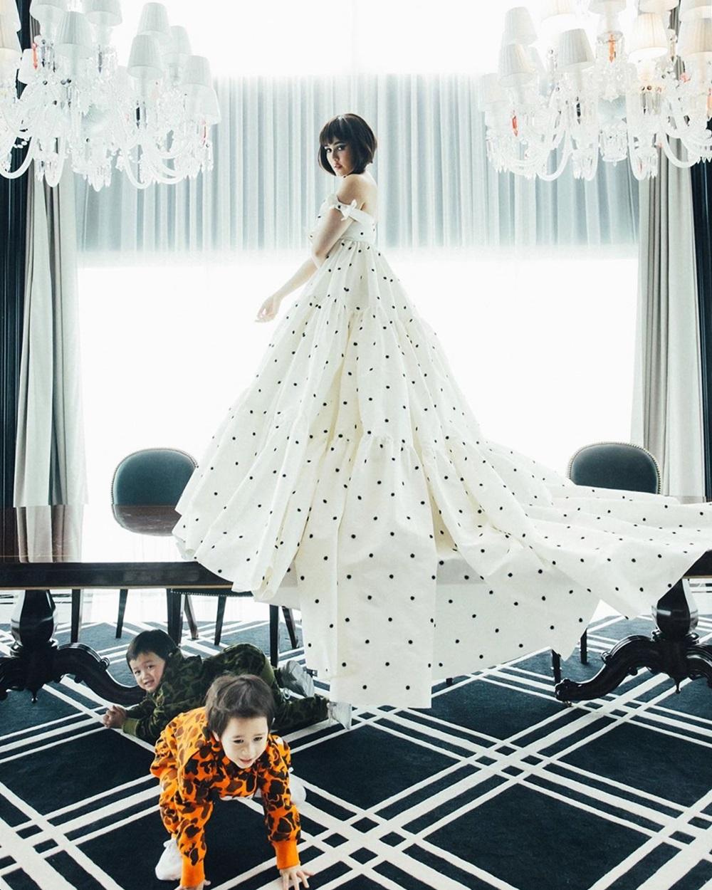 Hôm 28/6, doanh nhân Nott Visrut đăng ảnh vợ mặc đầm chấm bi tạo dáng như nữ hoàng, còn hai con trai bò khắp sàn kèm lời nhắn: Chúc mừng sinh nhật Mama. Em biết mà, bọn anh đều yêu em. Năm nào anh cũng dành thời gian đón tuổi mới cùng vợ.