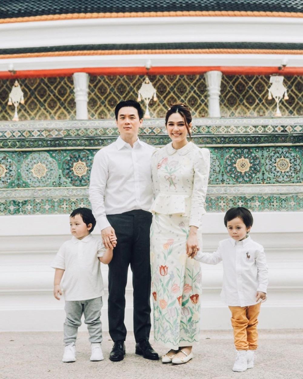 Ngày 7/7, trên Instagram, tỷ phú Nott Visrut (còn gọi Witsarut Rangsisingpipat) - chồng minh tinh Chompoo Araya (tên thật là Araya Alberta Hargate) - đăng ảnh vợ chồng anh và con sinh đôi kèm biểu tượng một nhà bốn người. Hình ảnh được người thân ghi lại lúc đại gia đình cùng đi chùa cầu nguyện. Chia sẻ của anh nhận hơn 160.000 lượt thích và bình luận. Đa số khen cặp sao tương xứng ngoại hình, ngưỡng mộ hôn nhân ngập tiếng cười của họ.