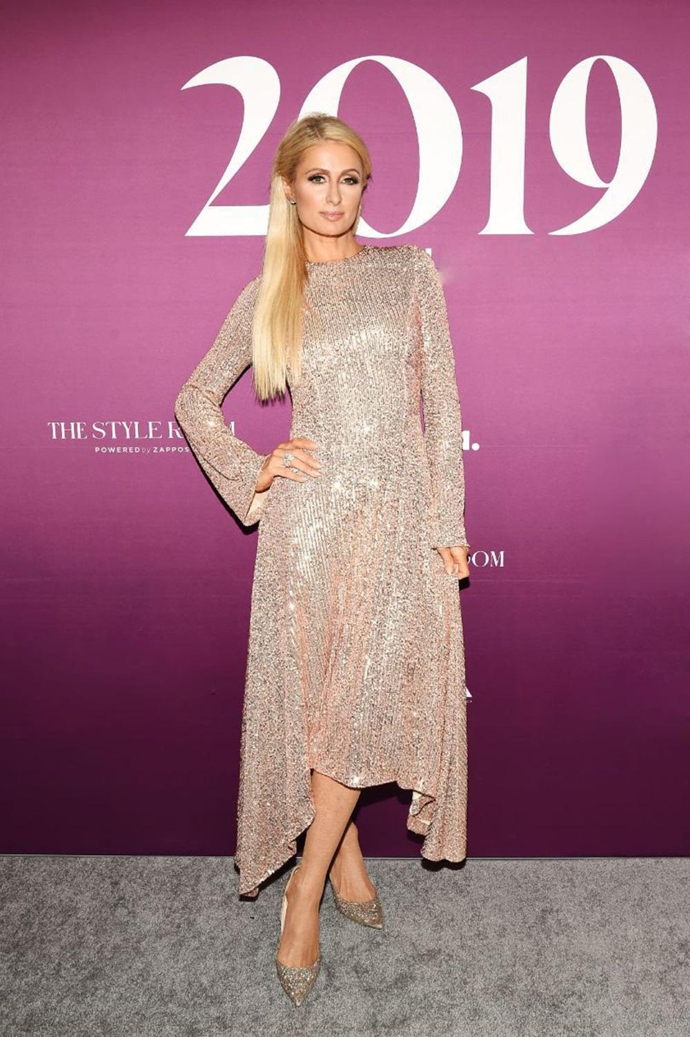 Trước đó một ngày, tại lễ trao giải Fn Achievement vào tháng 12/2019, người đẹp tuổi lăng xê mốt sequin với thiết kế tay loe trong BST Pre AW 2019 của Galvin, phối giày cao gót lấp lánh Jimmy Choo.