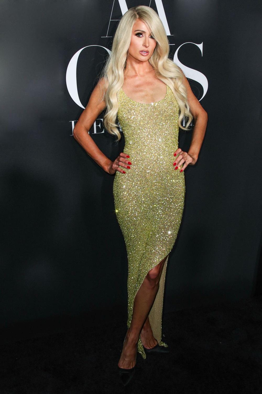 Cô được khen nổi bật trong thiết kế sequin Michael Costello khi tới đêm tiệc do tạp chí Harper's Bazaar tổ chức vào tháng 9/2019.Paris Hilton sinh năm 1981, nổi tiếng nhờ chương trình ăn khách The Simple Life (2003). Cô là cháu gái của Conrad Hilton - nhà sáng lập chuỗi khách sạn Hilton danh giá, nhưng vẫn kinh doanh riêng, sở hữu công ty mang tên mình. Cô còn làm chủ loạt bất động sản, siêu xe và BST váy áo đắt đỏ, từng được mệnh danh là kiều nữ tỷ phú. Cô luôn bị khán giả bàn tán về lối sống xa hoa, đời tư ồn ào với nhiều sandal và cuộc tình chóng vánh.