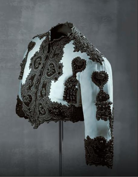 Áo bolero thuộc BST mùa đông năm 1947 của Cristobal Balenciaga, lấy cảm hứng từ trang phục chăn bò, họa tiết trang trí đậm dấu ấn thế kỷ 18. Ảnh: Cristóbal Balenciaga Museoa.
