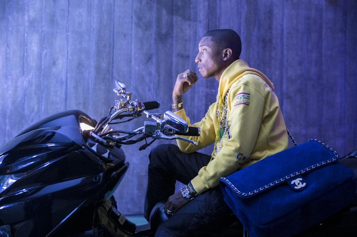 Thiết kế nằm trong BST Chanel Pharrell - đánh dấu cuộc hợp tác giữa nhà mốt Chanel và ca sĩ, nhà sản xuất âm nhạc Pharrell Williams. BST giới hạn ra mắt hồi tháng 4/2019. Túi tạo điểm nhấn với dây xích luồn da, có thể dùng cho cả nam và nữ.