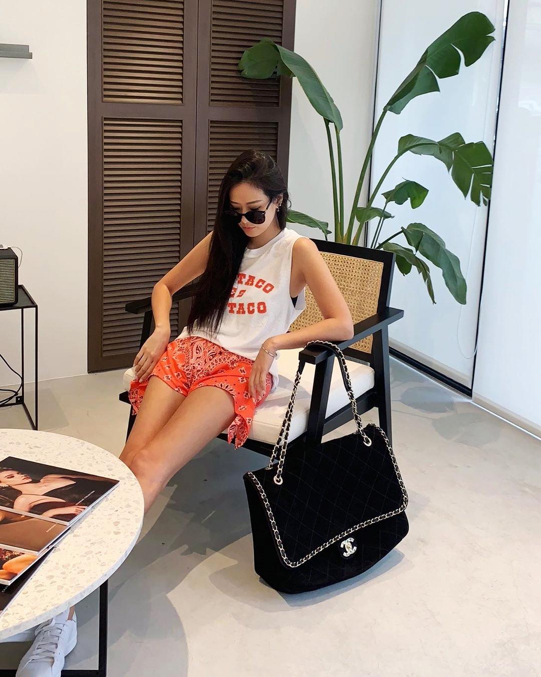 Aimee Sun - con gái cựu chủ tịch tập đoàn viễn thông Pacific Electric Wire & Cable - khoe phụ kiện tương tự trên trang cá nhân. Cô còn sở hữu hàng chục thiết kế đắt đỏ của Chanel. Người đẹp vừa là nhà thiết kế trang sức, người mẫu quảng cáo, doanh nhân và là đồng sáng lập Breeze Center - trung tâm thương mại lớn ở Đài Bắc. Cô thu hút gần một triệu lượt theo dõi trên Instagram nhờ gu mặc sành điệu, thường ngồi hàng ghế đầu trong các sự kiện thời trang quốc tế.