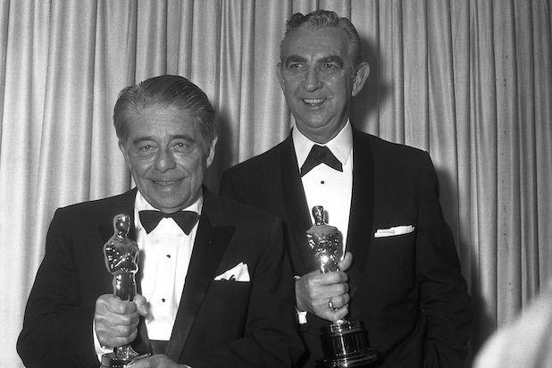 Alfred Newman (trái) cùng đồng nghiệp Ken Darby nhận giải Oscar cho nhạc phim Camelot năm 1968. Ảnh: AMPAS.