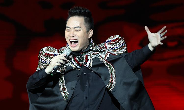 Ca sĩ Tùng Dương trong đêm nhạc. Ảnh: Phạm Chiểu