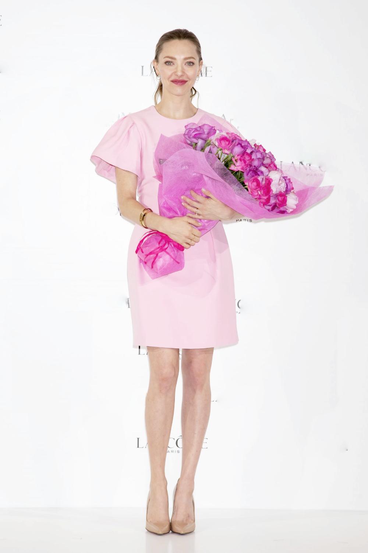 Tại sự kiện hồi tháng 1, Amanda Seyfried được fan khen nữ tính trong mẫu váy ngắn của Alexander McQueen. Cô tiết chế phụ kiện, phối trang phục với giày cao gót màu be và vòng tay vàng ánh kim.Người đẹp là một trong những người đẹp Hollywood có gu thời trang ổn định, từng được nhiều thương hiệu xa xỉ như Miu Miu, Givenchy, hãng đồng hồ Jaeger Lecoultre mời làm đại sứ, người mẫu. Trong phim ca nhạc nổi tiếng Mama Mia! (2008), cô đóng Sophie - sống với mẹ trên hòn đảo xinh đẹp ở Hy Lạp. Vì muốn tìm ra danh tính cha mình, cô mời ba người đàn ông từng xuất hiện trong nhật ký của mẹ đến đảo dự đám cưới, dẫn đến nhiều tình huống trớ trêu và hài hước.