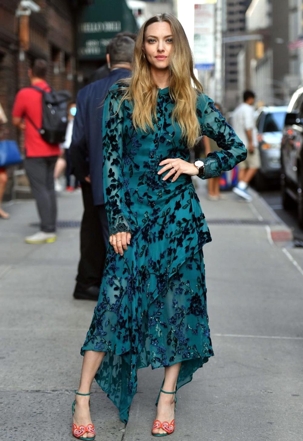 Diễn viên diện váy liền thân thêu hoa của hãng Chloe đến trường quay Late Show. Cô nhấn vào sandalss Christian Louboutin - lấy cảm hứng từ văn hóa Bhutan với phần gót và mũi xanh da cam, cắt bằng laser tạo hình đám mây.