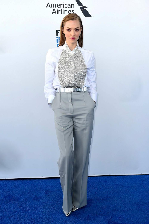 Tại Lễ trao giải Film Independent Spirit Awards tháng 2/2019, người đẹp lăng xê phong cách công sở với thiết kế couture thuộc BST mùa thu 2018 của Givenchy. Cô mix giày cao gót ánh kim Jimmy Choo, đồng màu thắt lưng.